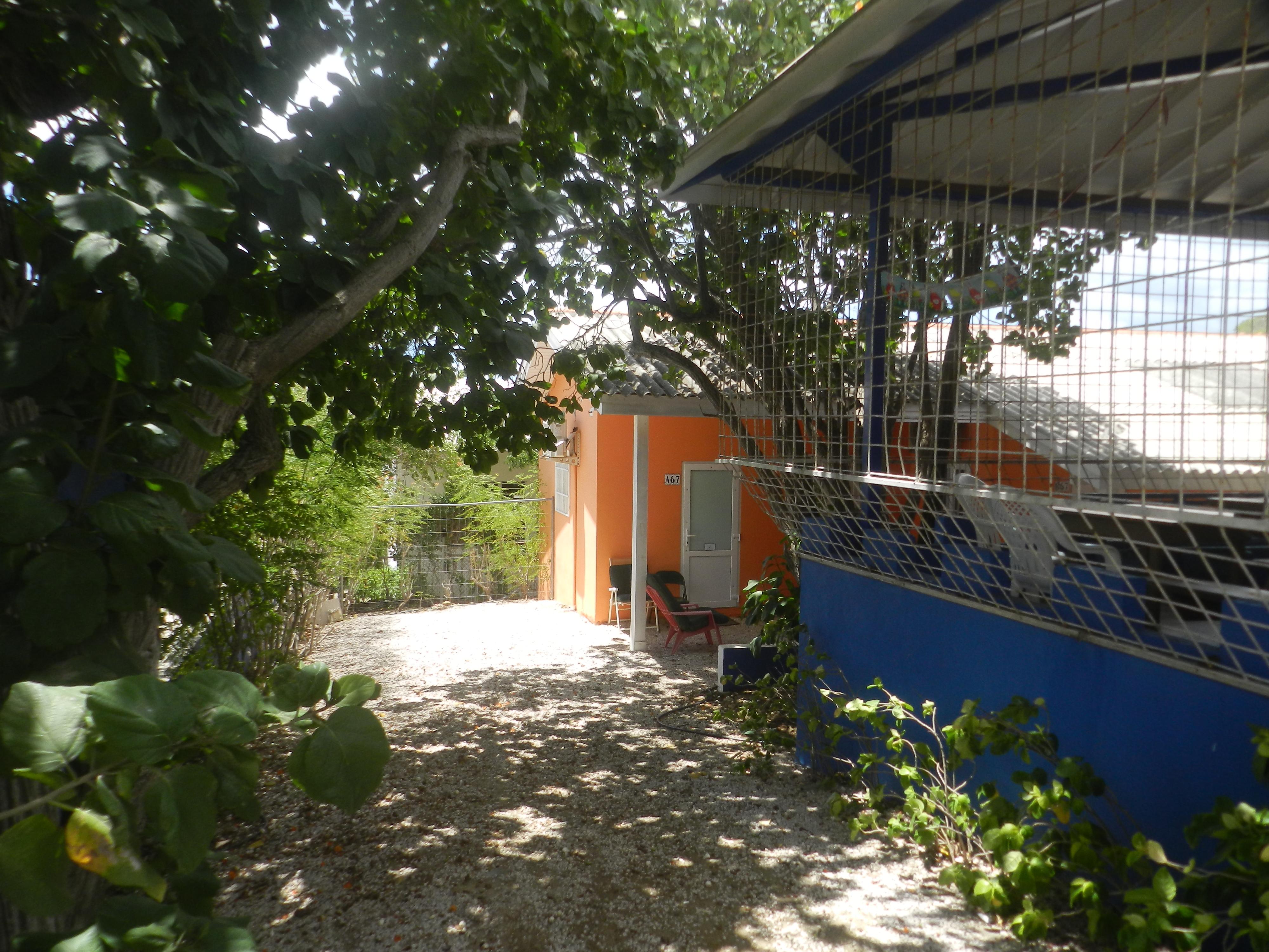 Zijkant studentenhuis Curacao met studio
