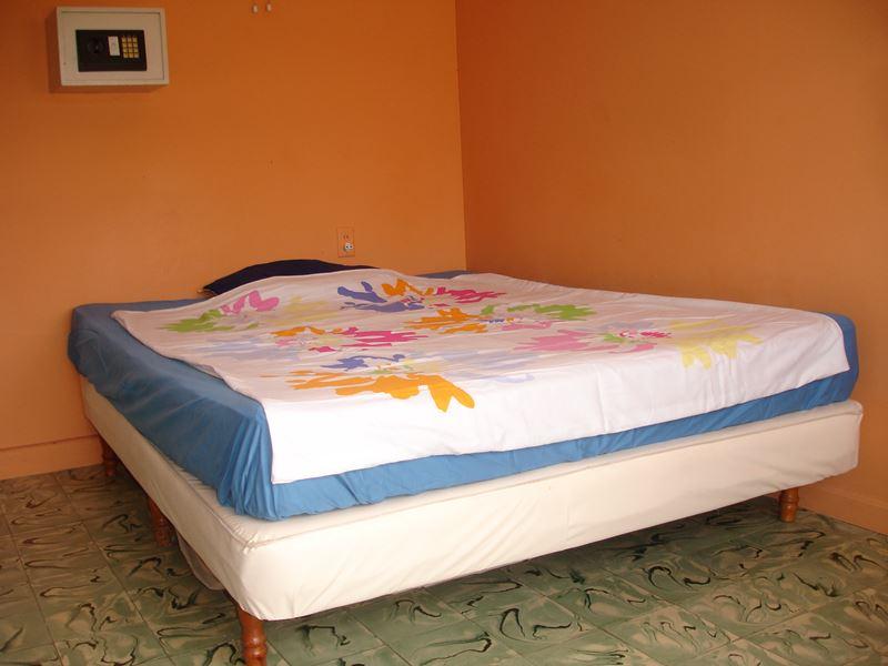 2 Studenten Kamer Curacao Kamer oranje achtergrond netjes met linnen
