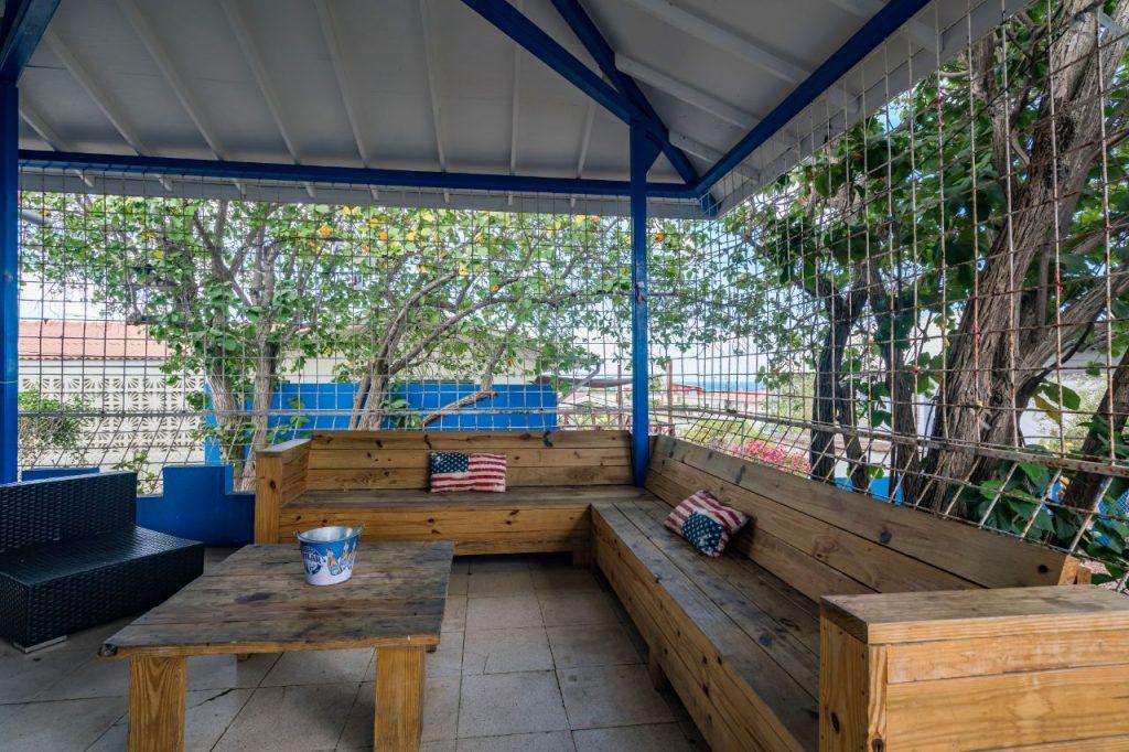 Studentenhuis Curacao kooi met bank